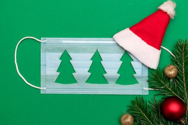 Medisch beschermend masker met uitgesneden silhouetten van een kerstboom, kerstman hoed