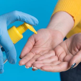 Medisch concept, meisje wast haar handen met desinfecterende vloeistof, close-up