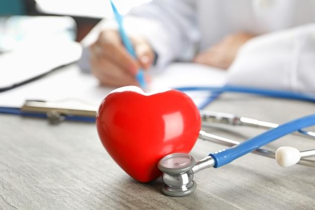Medisch concept met arts, stethoscoop en hart