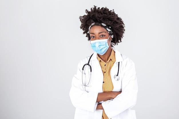 Medisch concept van jonge mooie vrouwelijke arts in witte jas