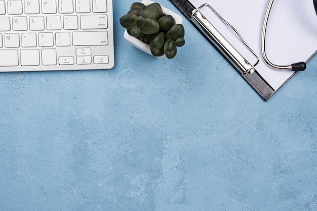 Medisch elementenassortiment op blauwe cementachtergrond met exemplaarruimte