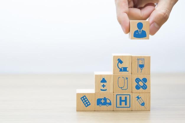 Medisch en gezondheidsbouw hout blok concept.