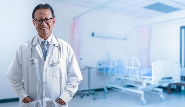 Medisch en gezondheidszorg. geneeskunde arts met in hand stethoscoop die zich vol vertrouwen bevinden