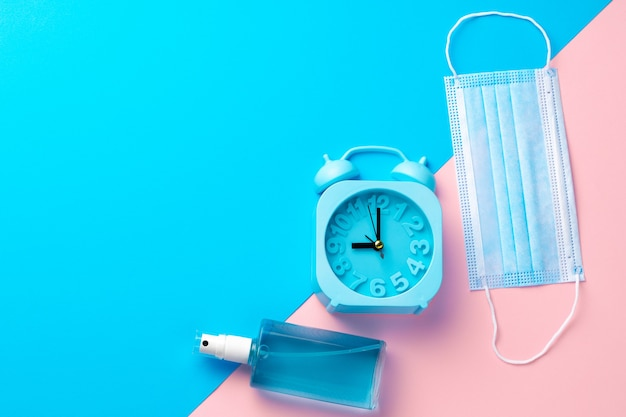 Medisch gezichtsmasker op roze en blauwe document achtergrond met exemplaarruimte