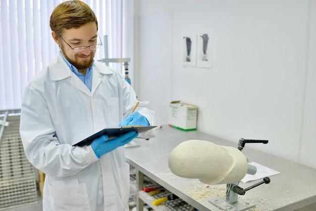 Medisch ingenieur in het prothetische laboratorium