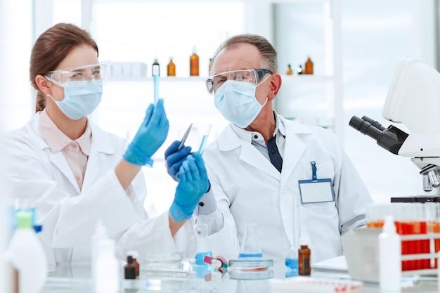 Medisch laboratoriumpersoneel dat de testresultaten bespreekt
