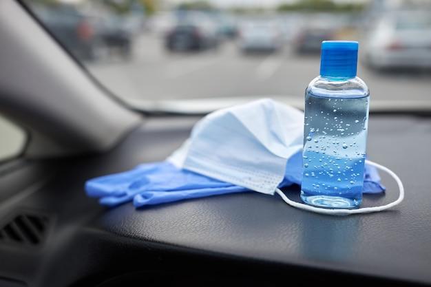Medisch masker, handschoenen en een fles met een antisepticum zijn de minimaal noodzakelijke set voor het werk van de voedselkoerier