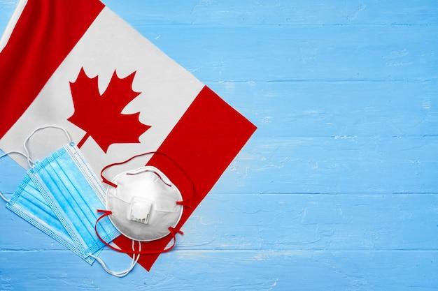 Medisch masker op vlag van canada op houten bord close-up