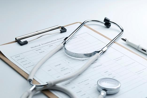 Medisch onderzoeksrapport en stethoscoop op wit bureaublad