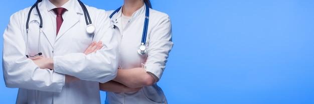 Medisch personeel arts, verpleegkundige en chirurg met stethoscoop en stropdas op blauwe achtergrond.