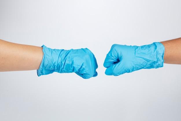 Medisch personeel stoot met vuisten om elkaar te steunen tijdens de pandemie van het coronavirus