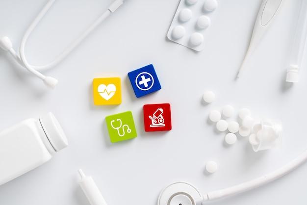 Medisch pictogram op puzzel voor mondiale gezondheidszorg