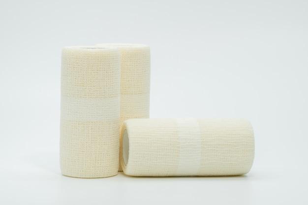 Medisch samenhangend elastisch verband dat op witte achtergrond wordt geïsoleerd