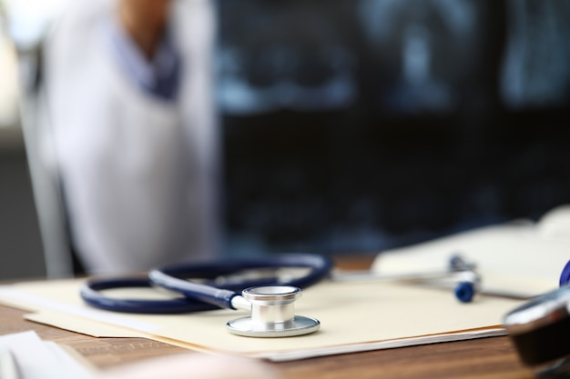 Medisch stethoscoophoofd dat bij document document op lijst ligt