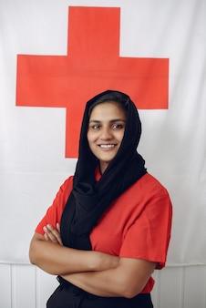 Medisch student glimlacht en kijkt naar de camera