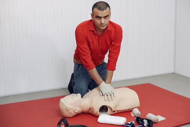 Medisch student is aan het oefenen Gratis Foto