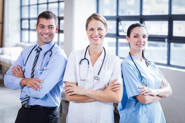 Medisch team dat bij camera samen bij het ziekenhuis glimlacht