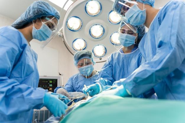 Medisch team dat een chirurgische ingreep uitvoert in het ziekenhuis. medisch team dat kritieke verrichting doet.