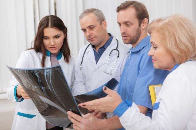 Medisch team dat werkt in het ziekenhuis