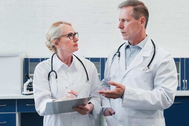 Medisch team in het kantoor van een arts