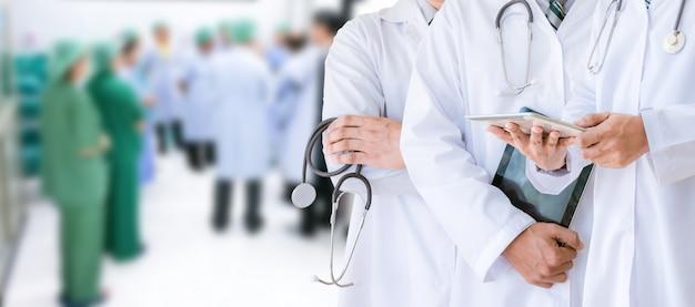 Medisch team van het artsengezondheidszorg en geneeskundeconcept in het ziekenhuis