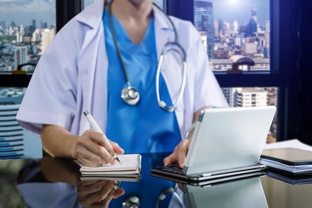 Medisch technologieconcept. dokter werkt met infectieus doktersexamen en screening op nieuw coronavirus (2019 ncov)