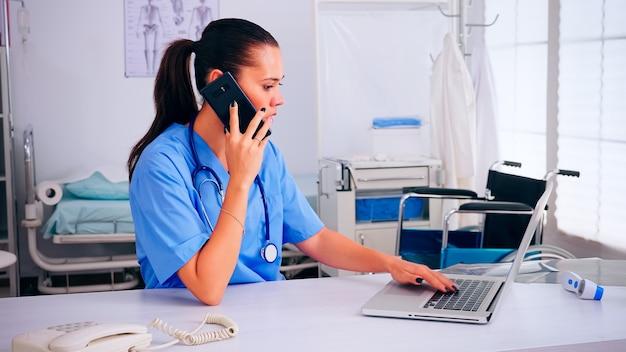 Medisch verpleegkundige praten op mobiel met arts over lijst van patiënten en nieuwe afspraken. gezondheidszorg arts in geneeskunde uniform, professionele assistent die helpt met telehealth communicatie