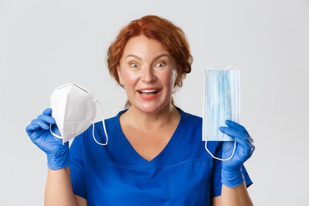 Medisch werkers covid pandemisch coronavirus concept verbaasd en vrolijke vrouwelijke roodharige verpleegster of dokter...