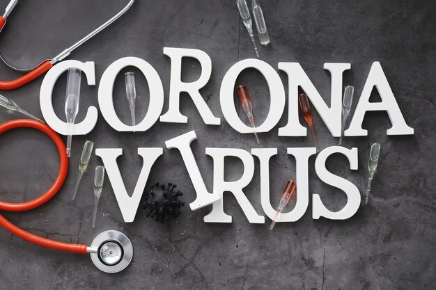 Medische achtergrond. belettering virus. coronavirus houten letters. achtergrond van het dodelijkste pandemische virus ter wereld. vaccin voor het virus.