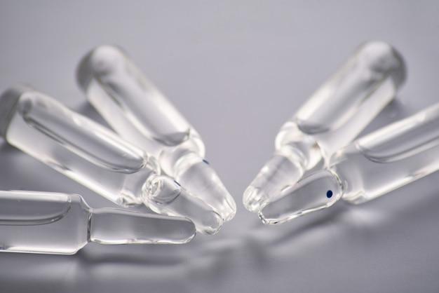 Medische ampullen met vloeibare close-up