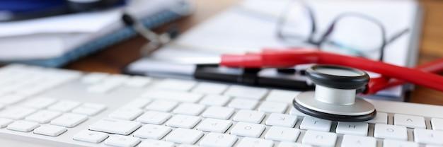 Medische apparaten stethoscoop en tonometer liggen op desktop medische zorg concept