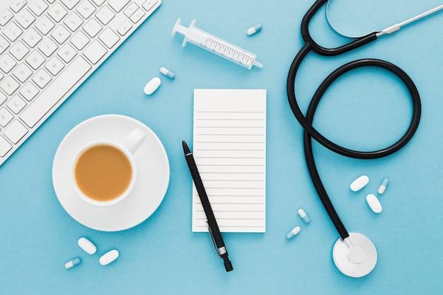 Medische apparatuur en koffiekopje