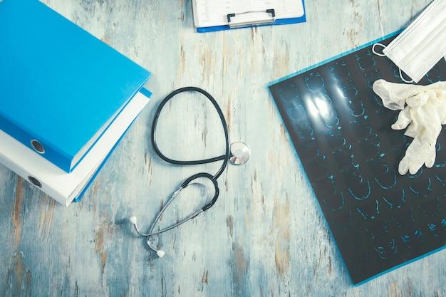 Medische apparatuur met kopie ruimte op bureau