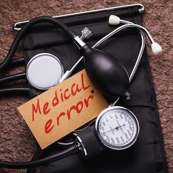 Medische apparatuur voor het meten van bloeddruk en sticker 'medische fout'