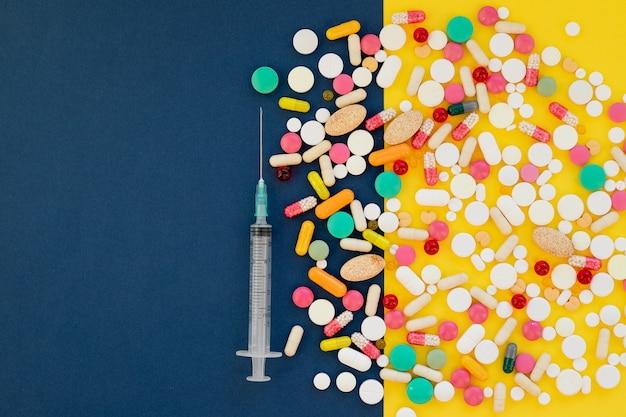 Medische benodigdheden. dodelijke coronavirusepidemie. masker, spuit met vaccin en antibiotische pillen. concept: ademhalingsziekte. veelkleurige pillen, medisch concept van virus pandemische bescherming,