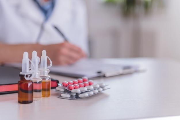 Medische benodigdheden op tafel
