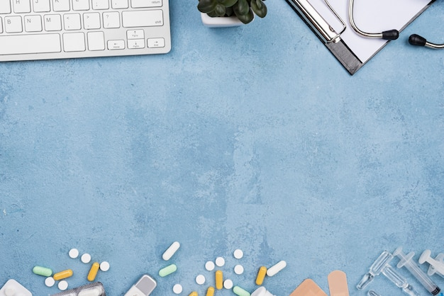 Medische bureauregeling op blauwe cementachtergrond