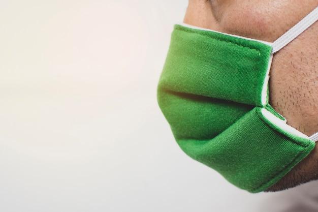 Medische chirurgische maskers die op de gezichten van artsen worden gedragen om infectie met covid-19 en het corona-virus te voorkomen.