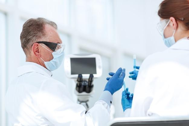 Medische collega's die de resultaten van de tests vergelijken
