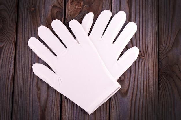 Medische cosmetische katoenen witte handschoenen op houten tafel