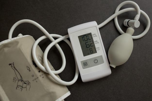 Medische elektronische tonometer op zwarte achtergrond.