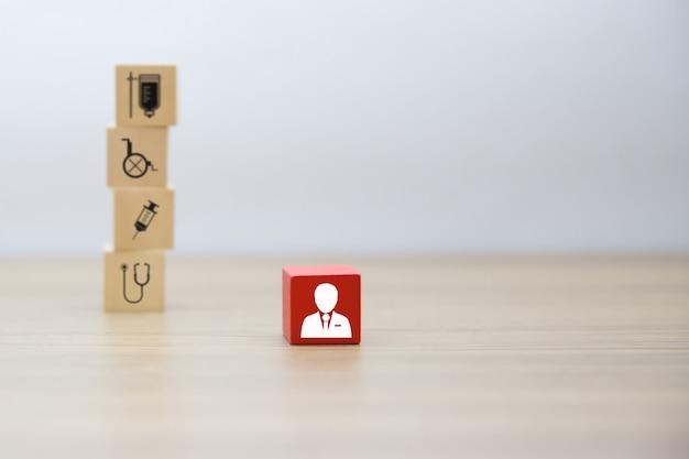 Medische en gezondheidspictogrammen op houten gestapeld blok.