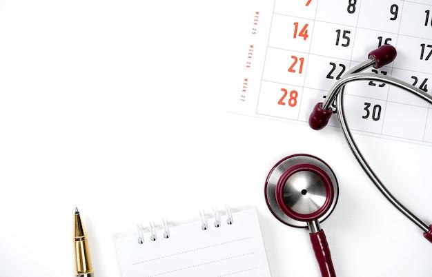 Medische en gezondheidszorg kalender herinnering schema of afspraak concept artsen stethoscoop
