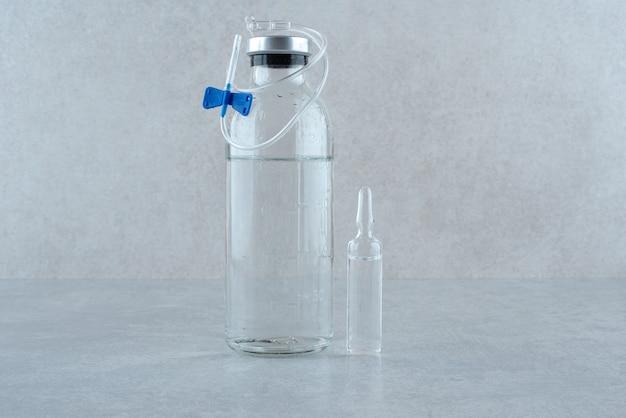 Medische ethanol met gereedschap op grijze achtergrond. hoge kwaliteit foto