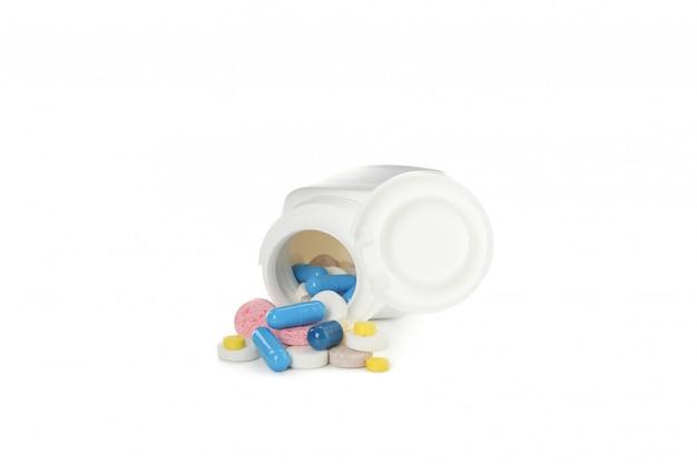 Medische fles en pillen die op witte achtergrond wordt geïsoleerd