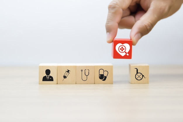 Medische grafische pictogrammen op houten blokken.