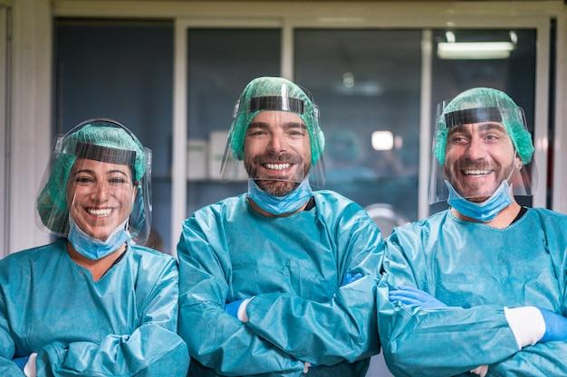 Medische hulpverleners in ziekenhuisgang tijdens uitbraak van coronaviruspandemie, arts en verpleegkundige aan het werk tijdens crisisperiode covid-19