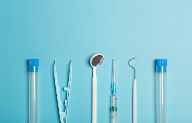 Medische instrumenten apparaten en items op de gekleurde tafel in het ziekenhuis spuit reageerbuis pincet gezondheidszorg geneeskunde behandeling en artsen concept hoge kwaliteit foto