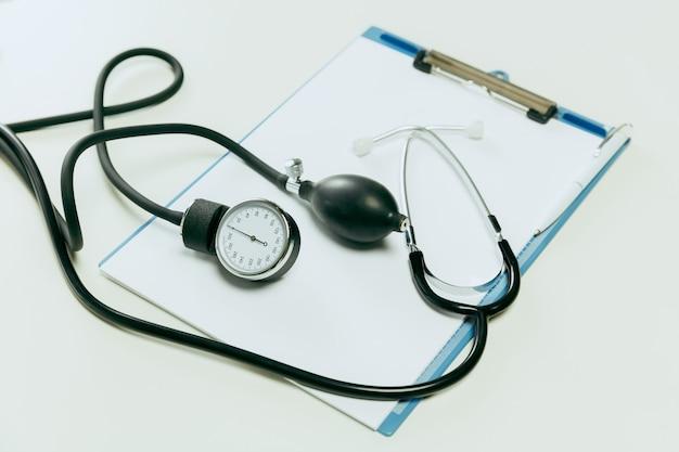 Medische instrumenten of apparatuur voor het controleren van de bloeddruk en een hartslag