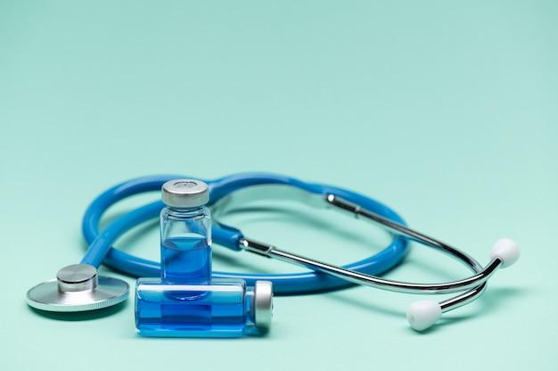 Medische instrumenten op tafel tegen een lichte achtergrond